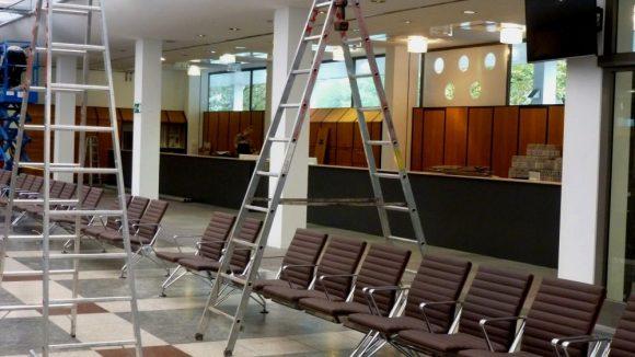Ersrtaufnahmeeinrichtung LaGeSo Bundesallee 171 Tresen für registrierung. Der erste Schritt: am Tresen werden Bändchen mit Wartenummern ausgegeben.