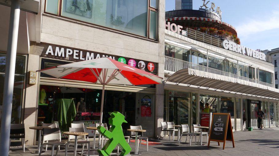 Vorne Touri-Shop - hinten nettes Café mit Biergarten.