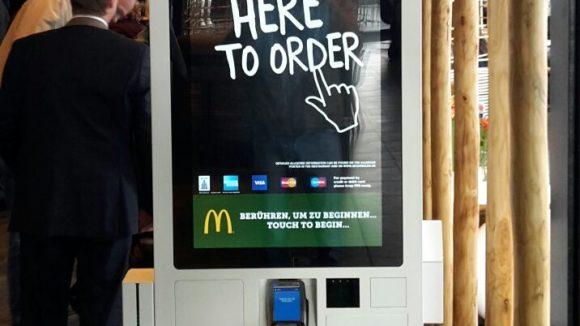 An den elektronischen Terminals kannst du bargeldlos dein Essen bestellen. Quelle: QIEZ