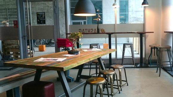 """An der großen Tafel isst man allein, zu zweit oder in großer Runde – und kommt miteinander ins Gespräch. Auch darum geht es im #Hashtag Coffee-Shop. Um eine Art """"Community""""."""
