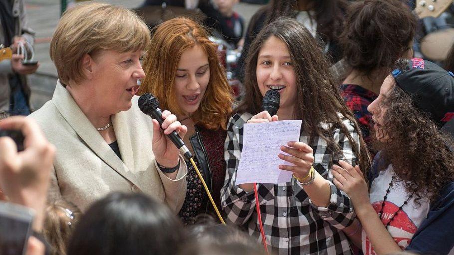 Gemeinsam mit den Schülerinnen und Schülern der Röntgen-Schule sang Kanzlerin Merkel ein Lied über Piraten.