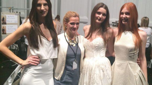 Anja (2. v. l.) und die McFIT Models Backstage bei Tulpen Design. ©Tillack