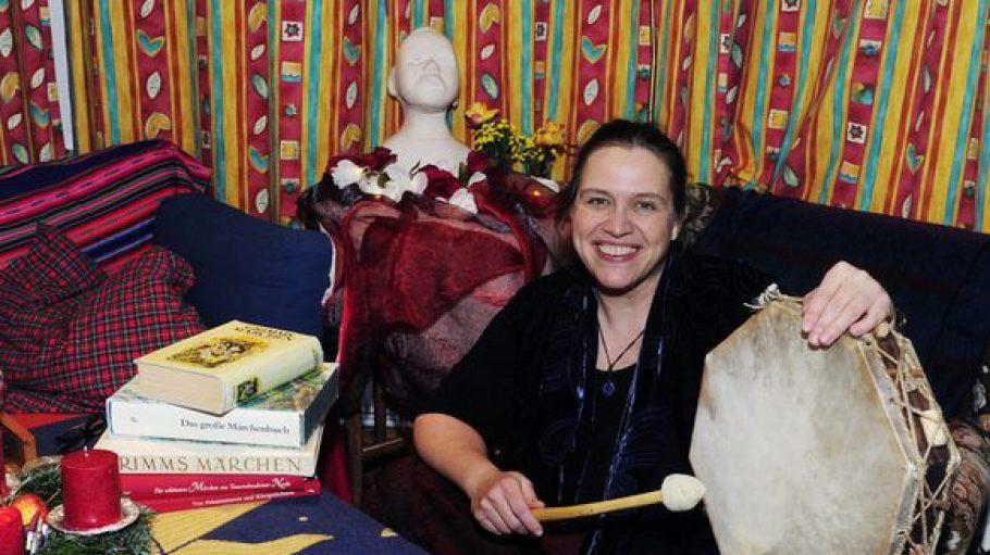 """Anke Stollwerck ist überzeugt: """"Menschen brauchen Märchen!"""". Deswegen hat sie einen Kurs besucht, wo sie gelernt hat, Geschichten richtig zu erzählen."""