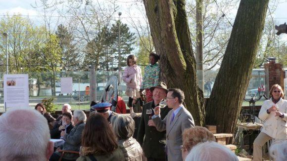 Bezirksbürgermeister Oliver Igel und Kellerbesitzer Thomas Noack genießen zur Einweihung am 17. April 2015 Sonnenschein und guten Wein.