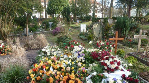 Auch ein Friedhof gehört zur Kirche. (c) Cox