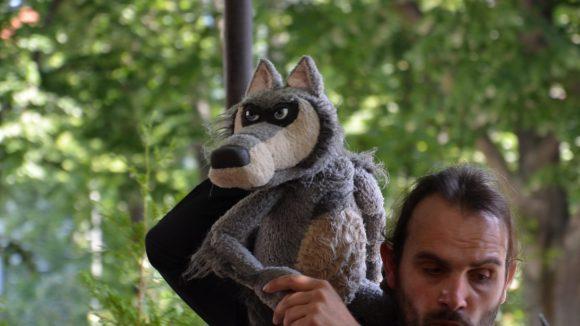 Auch im Biergarten kann der Wolf seine Geschichte erzählen ...