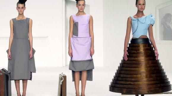 Auch sozialkritische Themen wie Flucht werden mit Mode thematisiert. ©Chris Moore / Chalayan