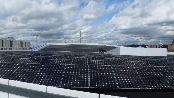 Auf dem Dach des Futurium: der Skywalk und Sonnenkollektoren. ©Triantafillou