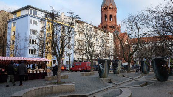 Auf dem Marheinekeplatz findet samstags und sonntags ein bunt gemischter Trödelmarkt statt.