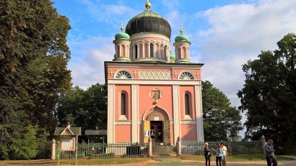 Auf dem nahen Kapellenberg steht die russisch-orthodoxe Kirche der Kolonie. ©Triantafillou