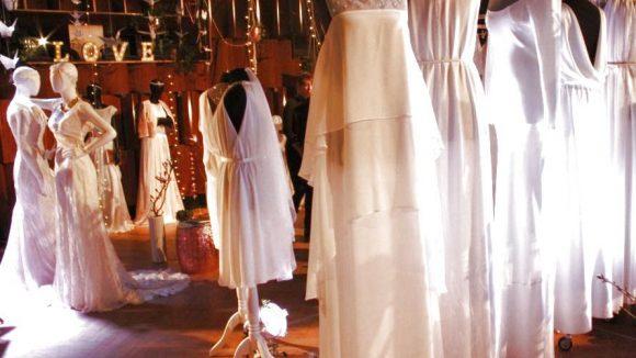 Aufgeräumt: Die Hochzeitskleider der Stunde aus Spitze und fließenden Stoffen. ©Julia Wernicke