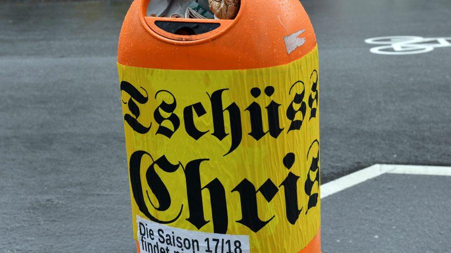 Auch die Berliner Streetart-Künstler überraschte Chris Dercons Abgang nicht, die Aufkleber waren schnell verteilt.