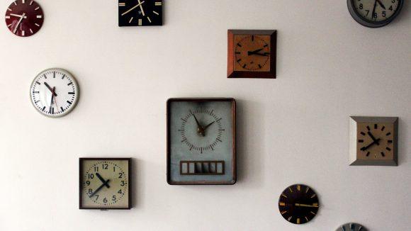 Aus einem Land vor unserer Zeit: An einer Wand hängen Uhren, die im Funkhaus verteilt waren. ©QIEZ