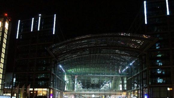 Blick aus der Totalen: Gut, der Hauptbahnhof ist an und für sich bereits wunderbar ausgeleuchtet. Sehr lichterfestig ist er im Moment aber nicht.