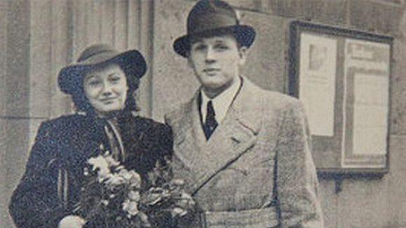 Historische Aufnahme von einem frisch vermählten Paar vor dem Rathaus Schöneberg. Zu sehen in der neuen Ausstellung am selben Ort.