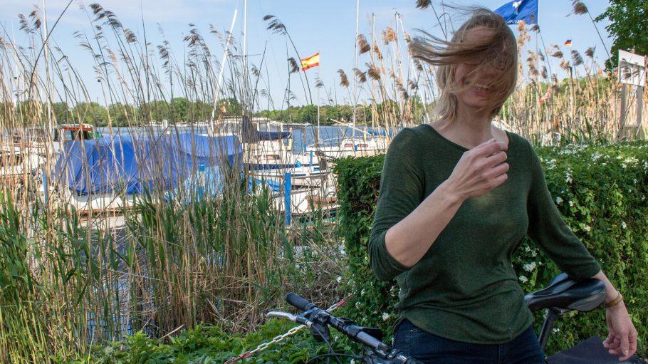 Am Havelufer weht oft ein kleines Lüftchen. Autorin Daniela Böhle genießt's.