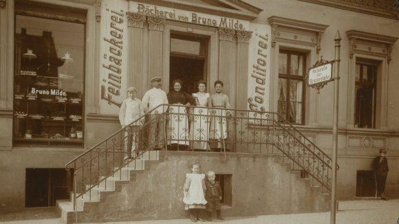 Horst Mildes Karriere fing eigentlich nicht als Marathonläufer, sondern als Konditor in der Bäckerei seines Großvaters Bruno Milde an. Hier ist die Familie Milde im Jahr 1904 zu sehen.