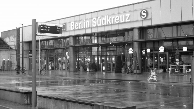 Tatort S-Bahnhof Südkreuz: Am 1. August 2011 wurde vor dem S-Bahnhof ein Ausländer rassistisch beleidigt und attackiert.