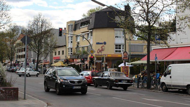 Bahnhofstraße / Ecke Riedingerstraße in Lichtenrade.