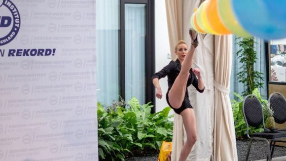 Taekwondo-Trainerin Anna-Maria Petzold schaffte es, in einer Minute 18 Ballons zum Platzen zu bringen - mit Reißzwecken an ihren High Heels.