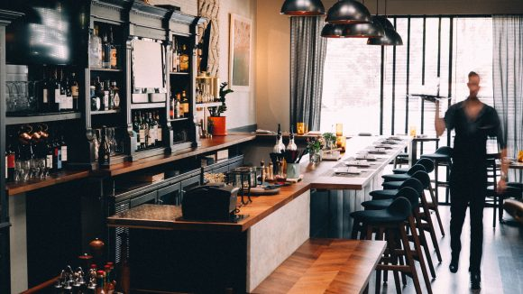 An vielen Orten kannst du leckeres Essen und Party machen miteinander verbinden.