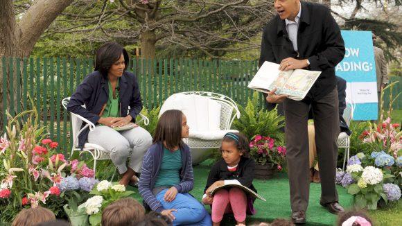 """Barack Obama widmet 2010 sein Kinderbuch """"Of Thee I Sing: Letter to My Daughters""""... na, wem? Seinen Töchter natürlich!"""