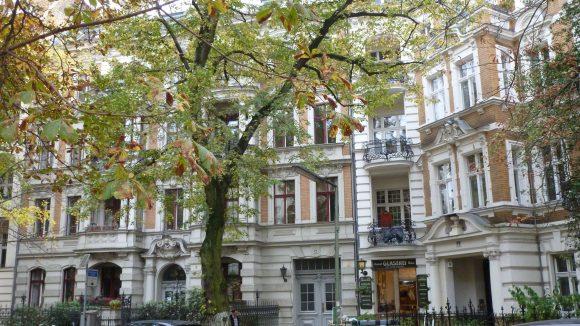 Denkmalgeschützte Miethäuser mit Vorgarteneinfriedung in Friedenau. Diese beiden Gebäude in der Albestraße wurden um 1892 erbaut.