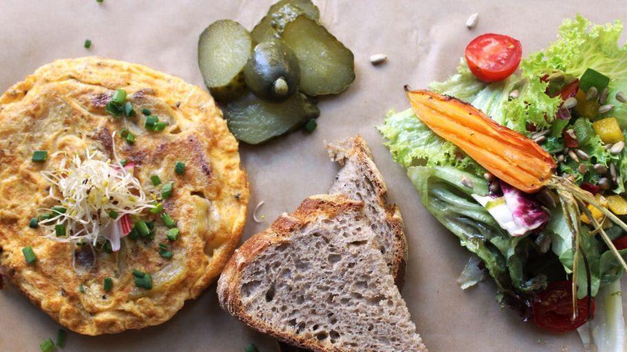 Das Bauernfrühstück im Café Neumanns wird dank spanischer Tortilla, selbstgemachtem Brot und kleinem Salat zum edlen Vergnügen.
