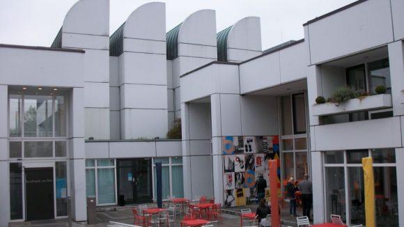 Das Bauhaus-Archiv von außen.