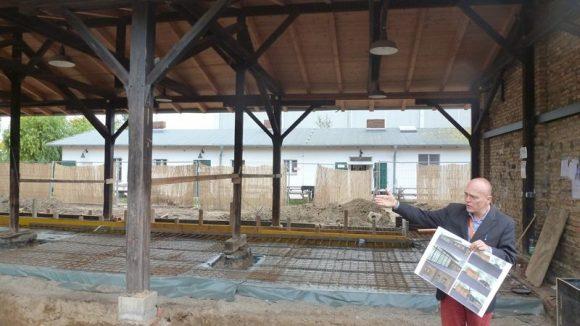 Architekt Rupert Stuhlemmer vor der historischen Remise, die zu einem Restaurant ausgebaut wird.
