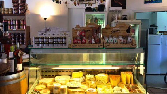 """Bei """"Chez Bruno"""" gibt es neben feinen Weinen auch Feinkost wie Käse, Terrinen und Foie Gras."""