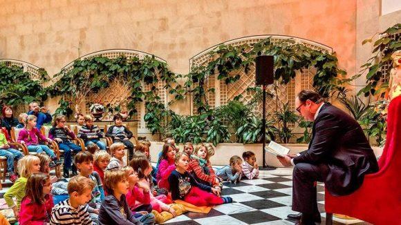 Interessiert hören die Kinder dem Vorleser zu.