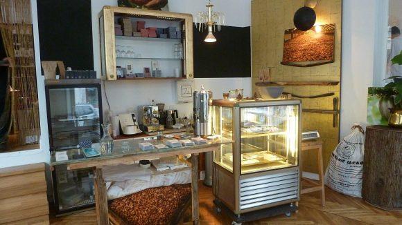 Im Belyzium-Ladencafé kann man auch eine Tasse Schokolade oder Kaffee trinken. Bald gibt es obendrein Kuchen im Angebot.
