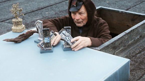 In der Dokumentation sieht man Ben Wagin auch auf das Dach steigen, um seine Mauer-Miniaturen aufzustellen.