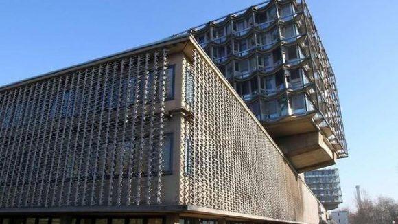 Architektonisch durchaus interessant, aber auch bröcklig: die Fassade des Franklin-Klinikums, das seit 2003 zur Charité gehört.
