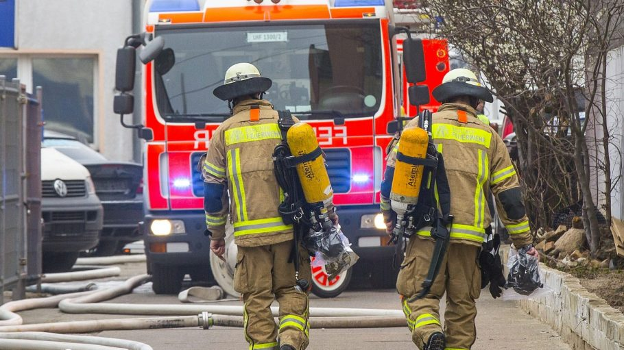Zwei Feuerwehrmänner kehren von ihrem Einsatz zurück. Nur ein kleiner Teil ihrer Arbeit hat noch mit Bränden zu tun.