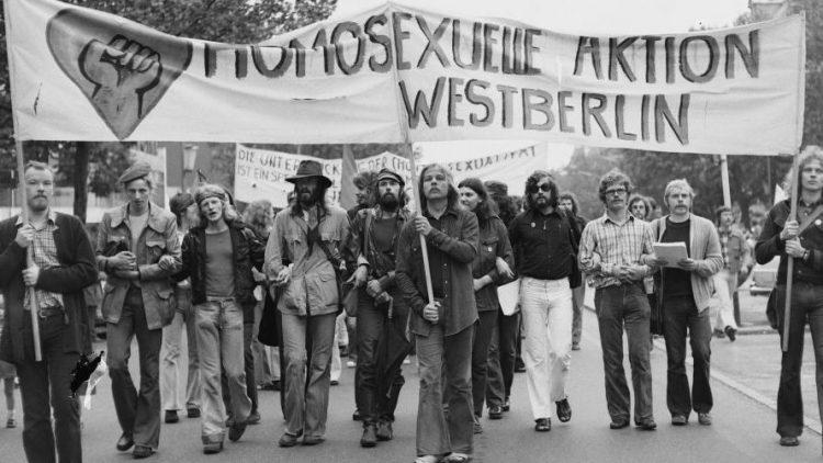 Bei einer Pfingstdemonstration gingen 1973 in Berlin hunderte Homosexuelle auf die Straße, um sich für die gleichgeschlechtliche Liebe einzusetzen.