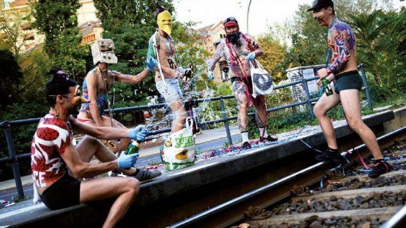Berliner Street-Artists in Unterwäsche mit Sekt und Konfetti am Bahngleis. ©Playboys Kalender