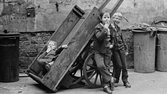 Bernd Heyden: Kinder im Hinterhof, Stargarder Straße, Ost-Berlin,1973, ©bpk/Bernd Heyde
