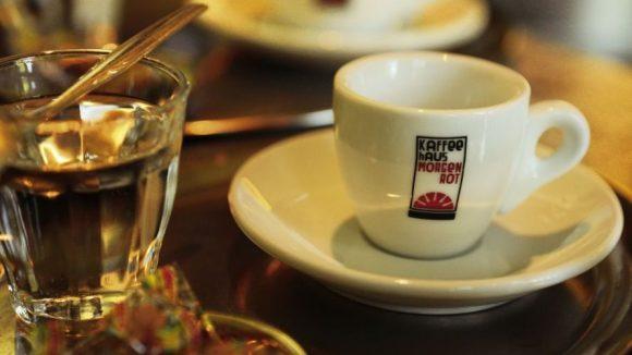 Die Bohnen für den Kaffee im Morgenrot stammen aus der Berliner Kaffeerösterei.