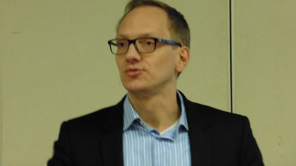 Bezirksstadtrat Carsten Spallek stand in der Ernst-Reuer-Schule Rede und Antwort.