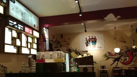 Eher Imbiss als Restaurant, modern gestaltet.