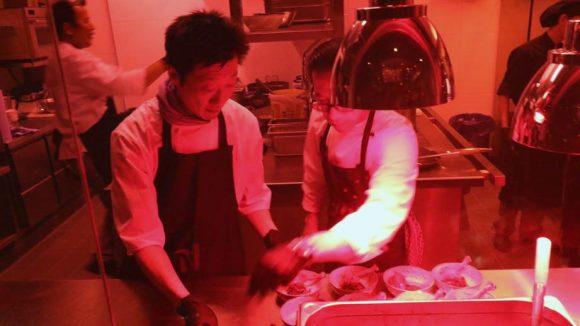 Blick in die Küche des Nu Eat Kitchen am Eröffnungsabend (c) André C. Hercher