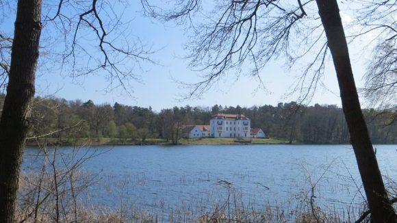 Blick vom Westufer aufs Jagdschloss. (c) Trieba
