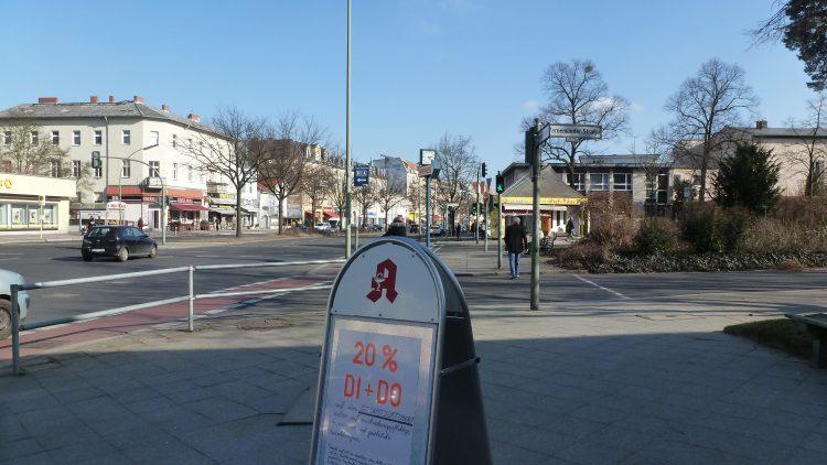 Beim Blick von der Gemeinschaftlichen Apotheke in der Warnemuender Straße bis zur Kirchstraße hinunter gibt es nichts auszusetzen.