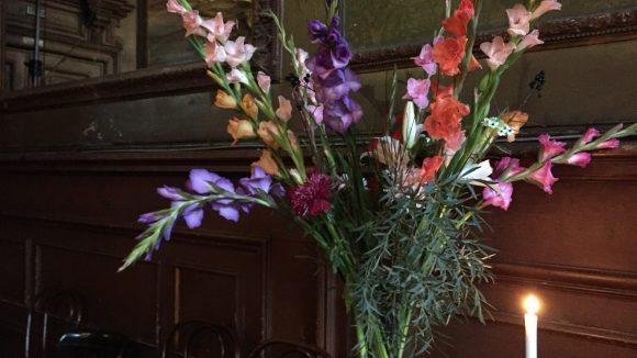 Frische Blumensträuße zieren den Spiegelsaal über Clärchens Ballhaus zur sonntäglichen Klaviermatinee.