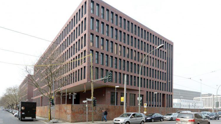Schön ist anders: Der neue BND-Komplex dominiert den nördlichen Teil der Chausseestraße.
