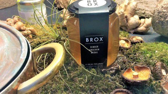 Brühe ist der neue heiße Scheiß, den es bei Bone Brox im Schraubglas für Zuhause oder im To-go-Becher gibt.