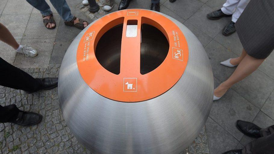 Die Bubble-Mülleimer sehen aus wie eine nach oben geöffnete Metallkugel. Aus der Altstadt Spandau sollen sie wieder verschwinden.