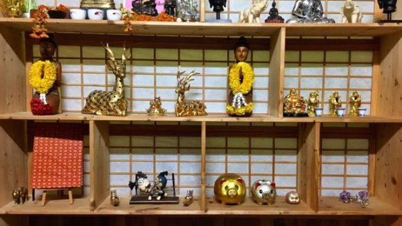 Buddha-Figuren, Winkekatzen und andere asiatische Deko-Artikel im Thon Pho ©Jänicke
